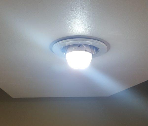 Focos LED encendidos, ilumina como foco de 60 watts